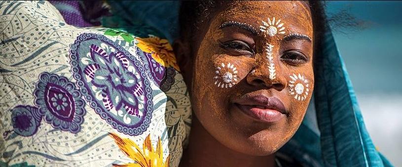 Une femme malgache dans un habit traditionel